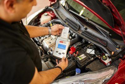 Prüfen der Autobatterie